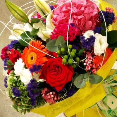 Bouquet de flora variada e informal