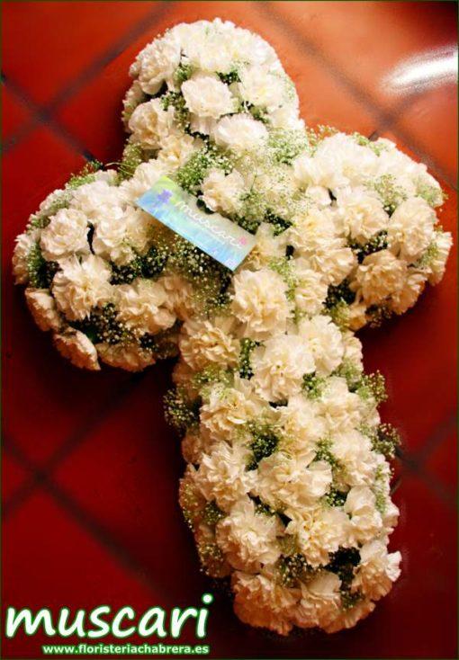 Cruz funeraria con clavel blanco