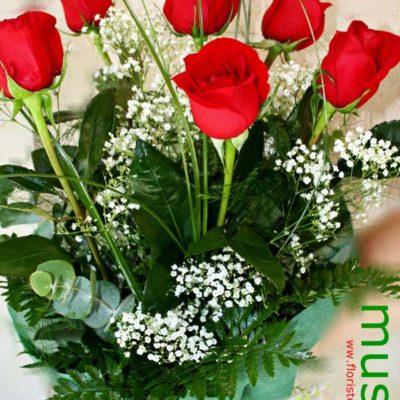 Ramo con media docena de rosas