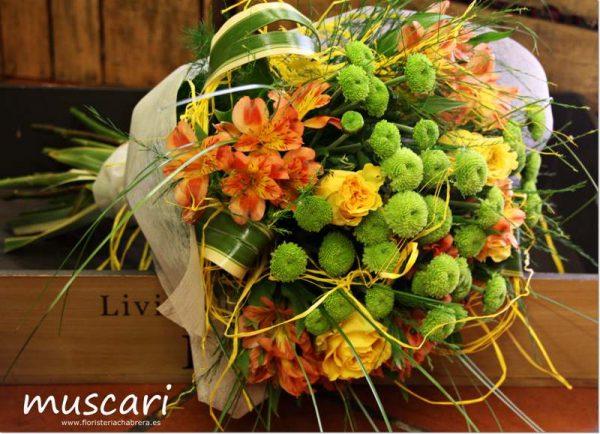 Bouquet compacto con rosas y margarita verde