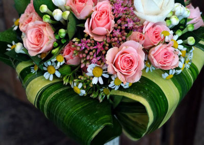 Bouquet de rosas pitiminí con aspidistra variegata