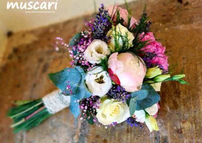 Bouquet estilo vintage con peonias, lishianthus, eucaliptus y lavanda y paniculata preservada