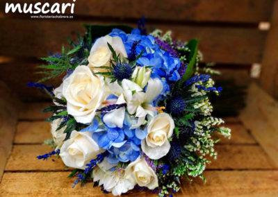 Bouquet con hortensia azul, rosa vendela y elementos preservados como lavanda, limonium y echynops