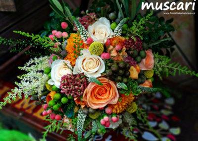 Bouquet romántico con astilbe, francesilla, vendela, hipericum