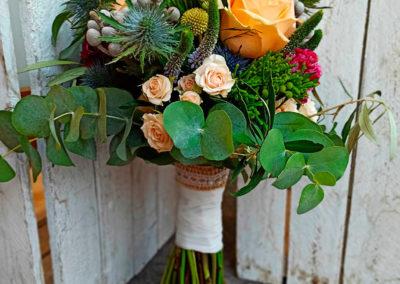 Bouquet informal con rosas sray, brunias, echynops y verónica