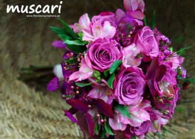 """Bouquet tonos lilas con flor de cera, alstromelia, rosa """"Moody Blues"""" y eucaliptus preservado"""