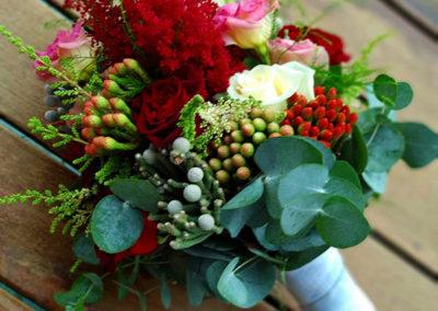 Ramo vintage con astilbe granate, rosas de pitiminí, lishiantus, eucaliptus y brunias