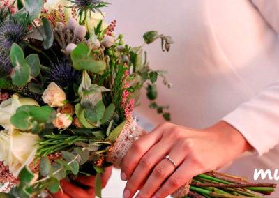 Ramo de novia vintage con rosas vendela, rosas pitiminí, verónica, ,echynops, astilbe, eucaliptus y brunias