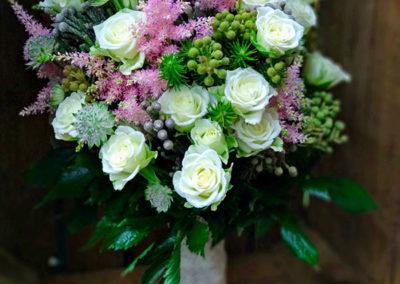 Ramo de novia vintage con astilbe rosa y rosas de pitiminí